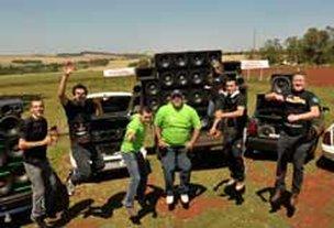 Caixas enormes que reproduzem um som ensurdecedor dão o ritmo da juventude da cidade de Giruá (Emilio Pedroso)
