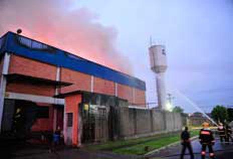 Fogo atingiu principalmente o depósito da fábrica (Tadeu Vilani)