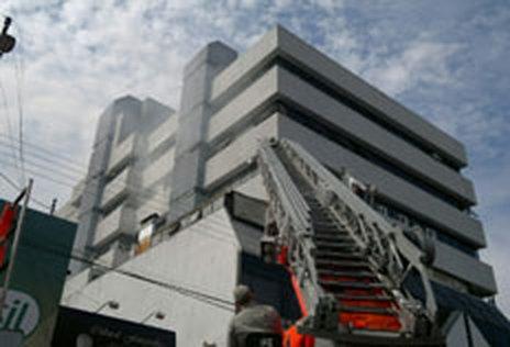 O trânsito na Rua José Bonifácio foi fechado para o trabalho dos bombeiros (Roberto Witter)
