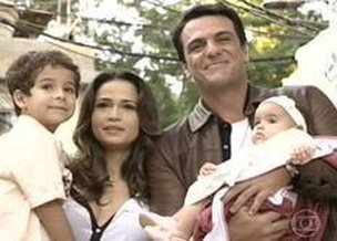 Morena e Tho juntos com os pequenos Jnior e Jssica (TV Globo/Reproduo)