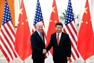 O presidente chinês, Xi Jinping (D), aperta a mão do vice americano Joe Biden (AFP/POOL)