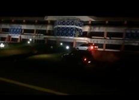 Condutores de dois carros invadiram a calçada de pedestre e subiram no canteiro da Prefeitura (Reprodução/0)