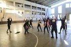 Parte dos bailarinos se reúne no pátio do alojamento para fazer aquecimento (Agencia RBS/Diorgenes Pandini)