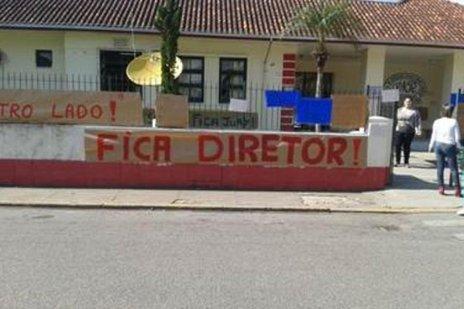 Alunos colaram cartazes na Escola Nereu Ramos pedindo a permanência do diretor (Arquivo Pessoal/Divulgação)