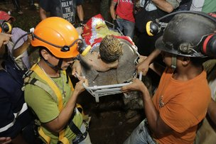Dois mineiras resgatados foram encaminhados para o hospital de Bonanza (AFP/Inti OCON)