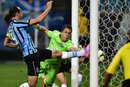 Barcos empurra a bola para marcar o único gol do jogo (Agencia RBS/Mauro Vieira)