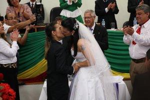 Solange e Sabriny foram o primeiro casal a oficializar a união no casamento coletivo no fórum do município (Agência RBS/Carlos Macedo)