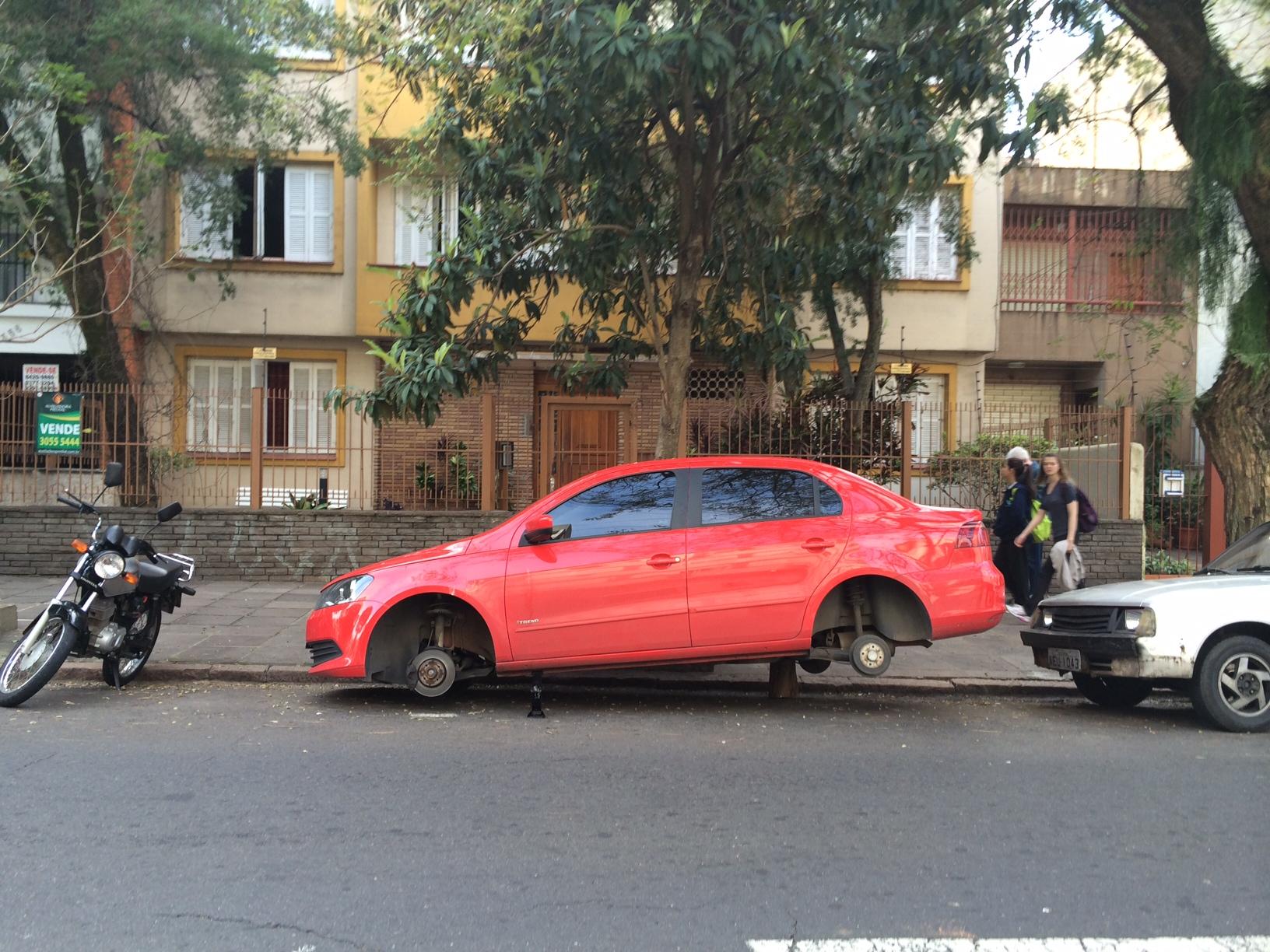 Na Rua Felipe Camarão, ladrões levaram menos de cinco minutos para furtar as quatro rodas do carro (Felipe Daroit / Rádio Gaúcha)