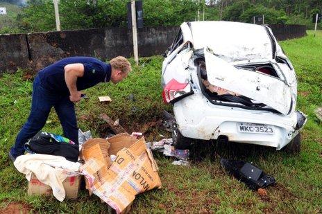 Motorista perde controle do veículo depois de passar por um pedaço de madeira na BR-101, km 57 (Agencia RBS/Salmo Duarte)