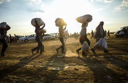 Mais de cem mil curdos se refugiaram na Turquia para fugir do Estado Islâmico no domingo (AFP/Bulent Kilic)