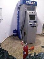 Os assaltantes cortaram o caixa eletrônico com um maçarico (Divulgação/Polícia Militar)