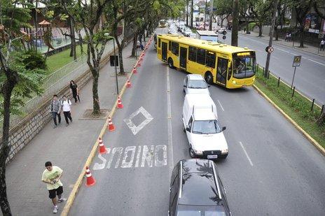 Espaço usado pelos pais para deixar os filhos é o mesmo da passagem de ônibus (Agencia RBS/Leo Munhoz)