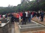 Cerca de cem pessoas, entre familiares e amigos, acompanharam emocionadas ao sepultamento (Agência RBS/Hassan Farias)