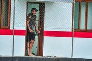 Jael foi visto caminhando com auxílio de muletas nesta segunda-feira (Agencia RBS/Rodrigo Philipps)