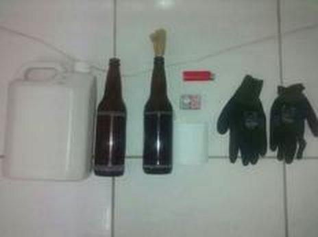 PM apreendeu duas garrafas com álcool, galão, par de luvas, isqueiro e caixa de fósforo (Divulgação/Polícia Militar)