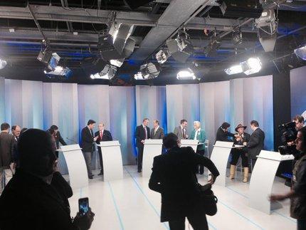 No intervalo, assessores mais próximos corriam para conversar com candidatos (Agência RBS/Bruna Scirea)