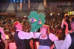 Banda alemã Deggendorfer Stadlmusikanten animou o público no Setor 2 da Vila Germânica (Agencia RBS/Rafaela Martins)