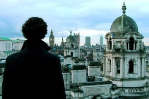 Em cena de ¿Sherlock¿, o detetive vivido por Benedict Cumberbatch observa Londres (Divulgação/BBC)
