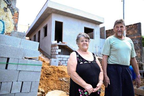 Dona Adélia e Seu Dé acompanham emocionados a construção da nova casa (Agencia RBS/Betina Humeres)