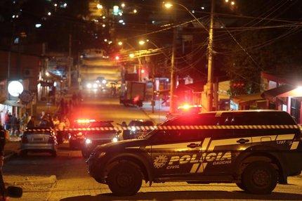 Local foi isolado pela Polícia Civil e pela Brigada Militar (Agência RBS/Ricardo Duarte)