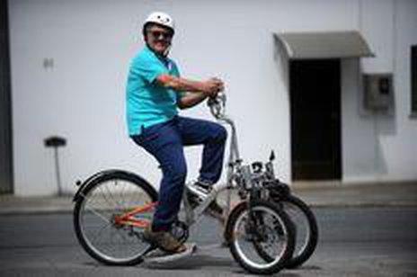 Mauro Dias utiliza diariamente o aparelho para percorrer cerca de 12 quilômetros (Agencia RBS/Maykon Lammerhirt)