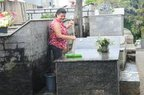 Matilde cuida do túmulo da irmã, Geni (Agencia RBS/Salmo Duarte)