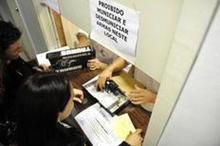 Retirada de armamento por policiais é feita na Delegacia Especializada em Armas, Munições e Explosivos (Agencia RBS/Tadeu Vilani)