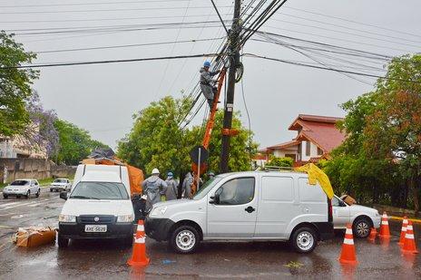 Na manhã desta quinta, técnicos trabalhavam faziam a manutenção da rede que fica esquina das avenidas Dois de Novembro e Maurício Sirotsky Sobrinho (Especial/Gabriel Haesbaert)