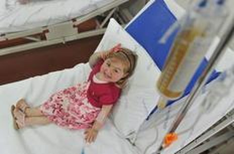 Com 4 meses de vida, Ingrid Vargas, portadora de uma doença rara já visitava as salas do setor de Hemoterapia do Husm para realizar a transfusão de sangue (Agencia RBS/Ronald Mendes)