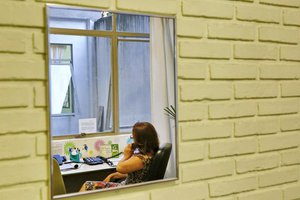 Voluntária atende telefonema no CVV (Agencia RBS/Adriana Franciosi)
