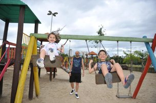 Fabrício Favaro, 43 anos, leva os filhos Giuliana, 4, e Luigi, 8, ao parque pelo menos três vezes por semana (Agencia RBS/Rafaela Martins)