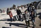 Meninos curdos sírios andar em um campo de refugiados na cidade de Suruc , na província de Sanliurfa, em 5 de novembro (AFP/ARIS MESSINIS)