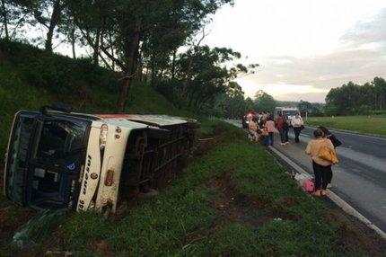 Ônibus tombou no acostamento da BR-386 (Felipe Daroit, Rádio Gaúcha)