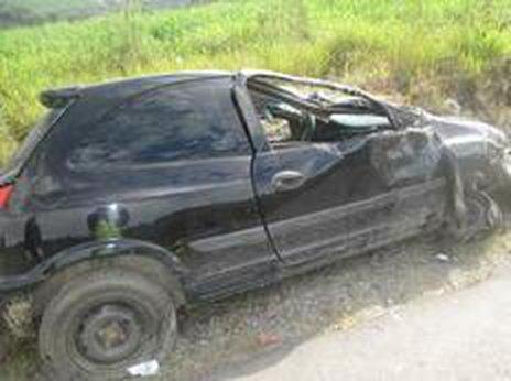 Motorista dirigia um Celta, com placas de Guaratuba, mas morava em Garuva (Divulgação/Bombeiros)