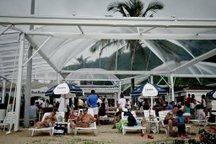 Para todos os gostos: Le Barbaron tem salão de jantar, deck coberto e espreguiçadeiras na areia (Agencia RBS/Alvarélio Kurossu)