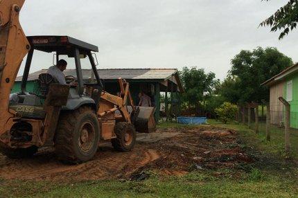 Na manhã deste domingo, família limpou terreno onde ficava a casa destruida (Agência RBS/Cristiane Bazilio)