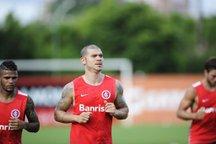 Nilton foi um dos jogadores a fazer atividades leves no treino do Inter (Agencia RBS/Marcelo Oliveira)
