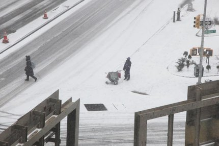 Ruas de Nova York cobertas de neve nesta segunda-feira (AFP/Preston Rescigno,Getty Images)