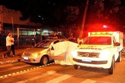 Carro que levava um dos baleados ficou na Princesa Isabel com Rua Santana (Agencia RBS/Luiz Armando Vaz)