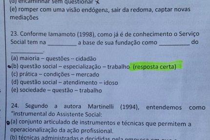 Foto mostrando uma questão que tinha a resposta correta indicada entre parênteses (Arquivo Pessoal/Mauricéia dos Santos)
