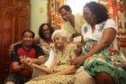 Ao redor da poltrona da rainha, filho e netos rememoram histórias de Leontina (Agencia RBS/Ricardo Duarte)