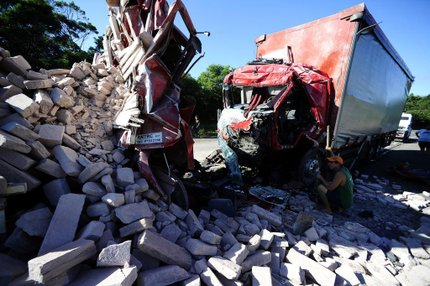 Colisão entre dois caminhões e um ônibus deixou uma pessoa morta na RSC-287, em Montenegro, no início do ano (Agencia RBS/Ronaldo Bernardi)