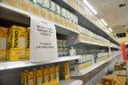 No Giassi, no bairro América, há aviso na prateleira indicando ao consumidor a quantidade máxima de caixas de leite que pode comprar (Bia Bittelbrunn/Agência RBS)
