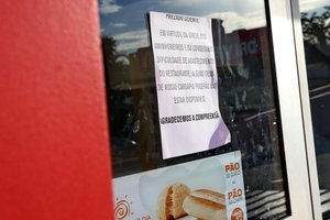 Na porta de McDonald's, cartaz avisa que podem faltar produtos (Agencia RBS/Júlio Cordeiro)
