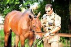 PM Paulo Henrique Batti, da Cavalaria da PM em Joinville, ao lado do seu cavalo chamado Calango (Agencia RBS/Bia Bittelbrunn)