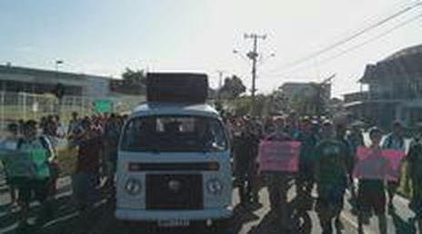 Manifestação iniciou na frente da escola e terminou na avenida Alvino Hansen (Divulgação/Grêmil Estudantil)