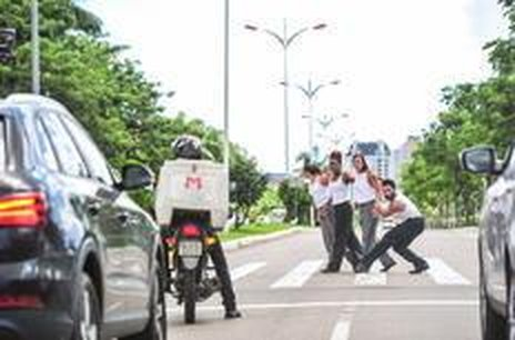De forma corajosa, bailarinos criaram movimentos em meio ao trânsito de uma avenida do Centro (Agencia RBS/Rodrigo Philipps)