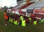 Attolini reuniu grupo de jogadores para uma conversa antes do treino da tarde desta terça (Agência RBS/Pedro Pavan)