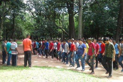 Jovens praticam exercícios no Parque da Redenção (Arquivo pessoal/Arthur Bloise)