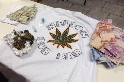 Bar também vendia camiseta com nome do estabelecimento e desenho de uma folha de maconha (Agência RBS/Marcelo Gonzatto)